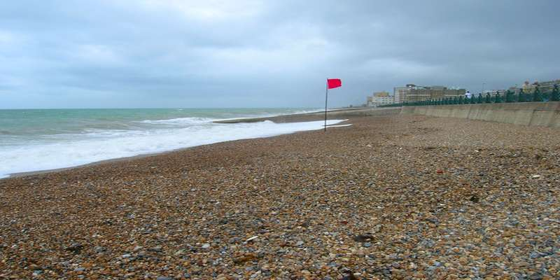 https://commons.wikimedia.org/wiki/File:Red_Flag,_Hove_Beach_-_geograph.org.uk_-_484338.jpg © Simon Carey